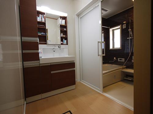洗面化粧台と浴室